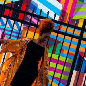 femme habillée avec style vetements colorés